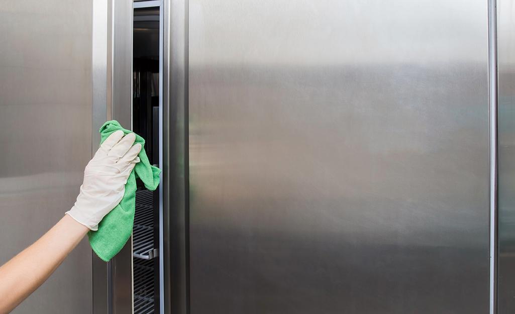 تمیز کردن درب فریزر و یخچال